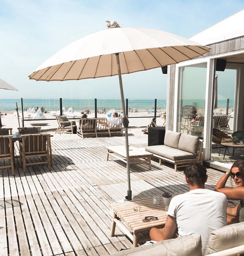 Vier de zomer op het terras bij Ohana strandpaviljoen in Zandvoort